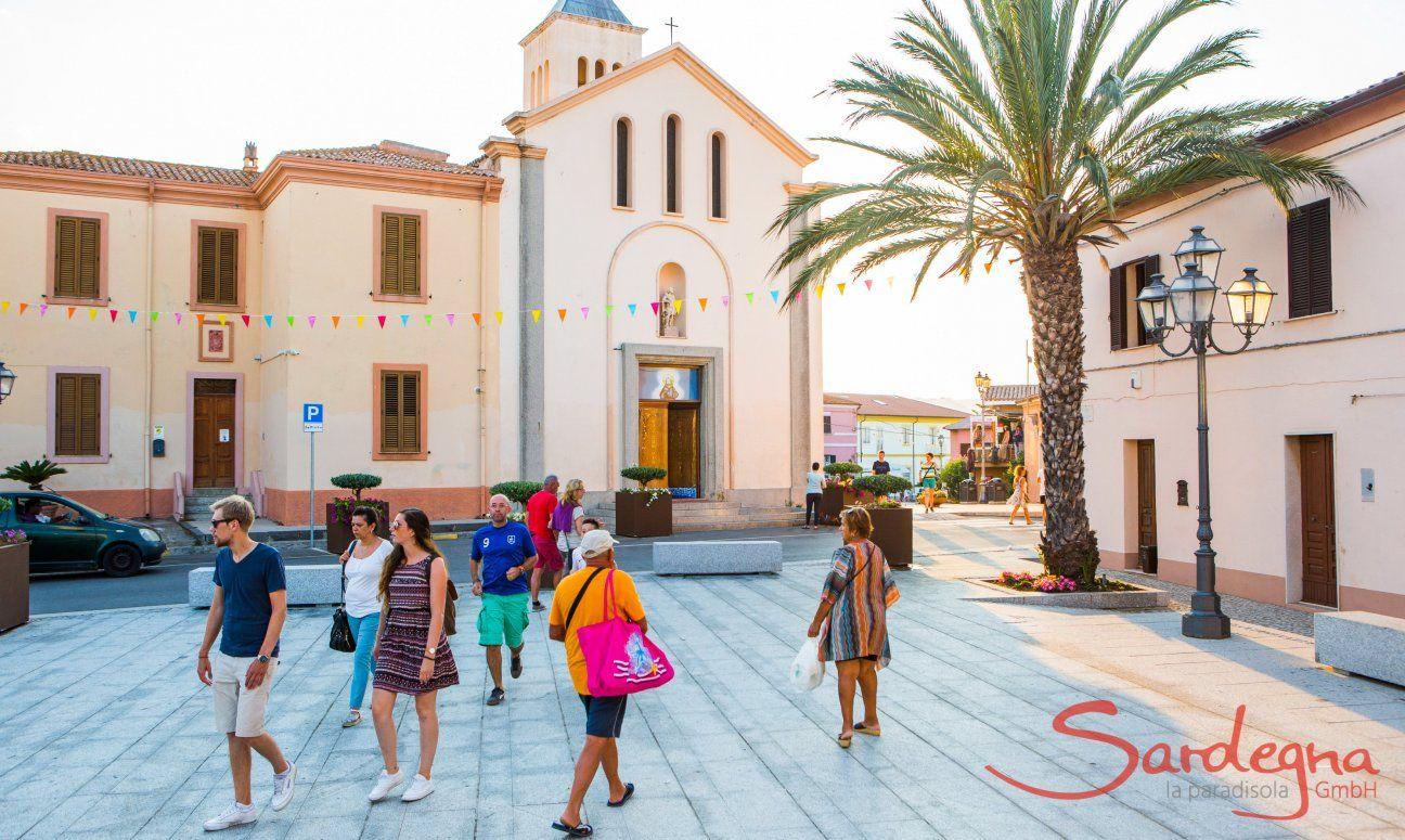 Touristen schlendern durch die Sehenswürdigkeiten von San Teodoro bei Olbia