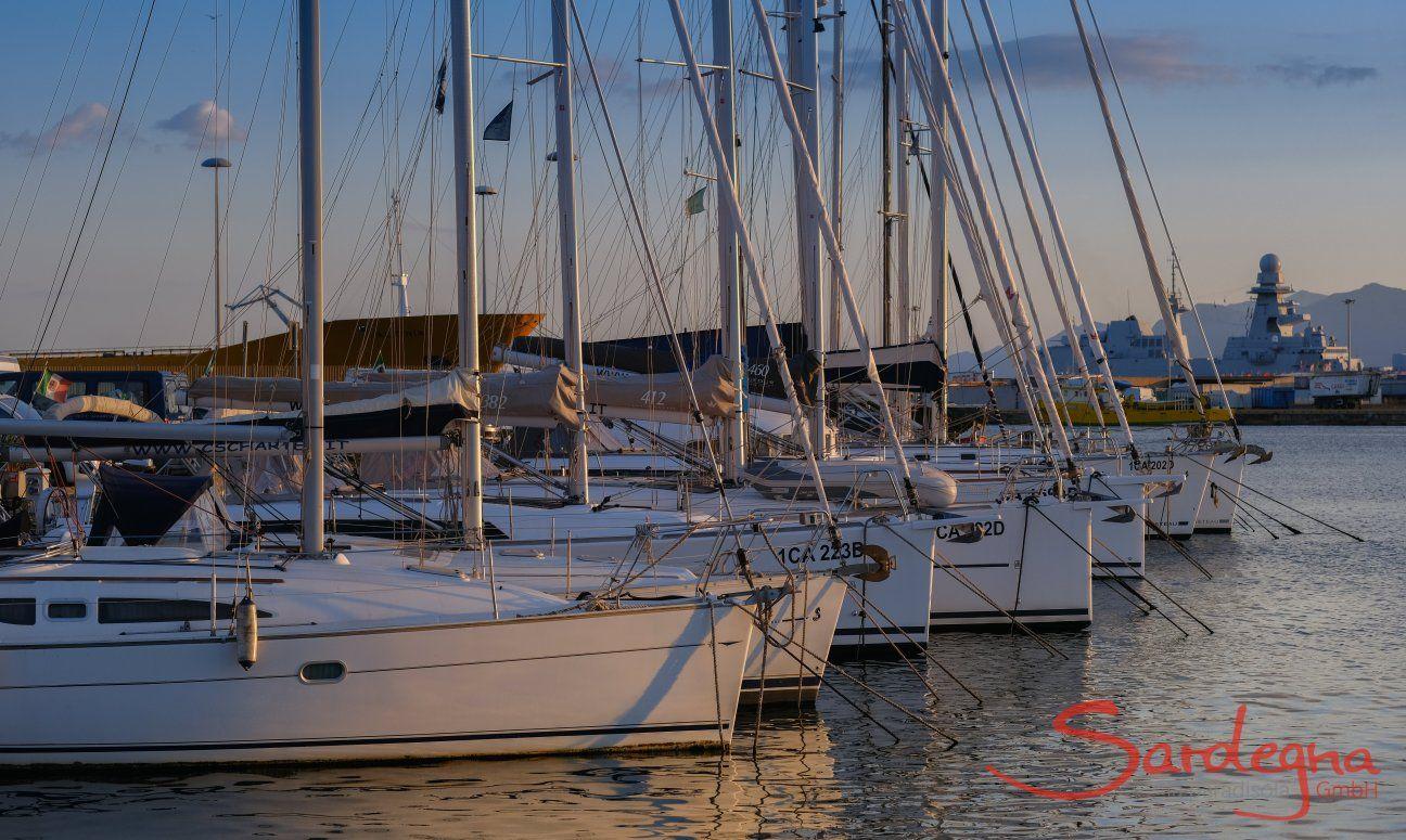 Segeboote im Hafen von Cagliari, Hauptstadt von Sardinien