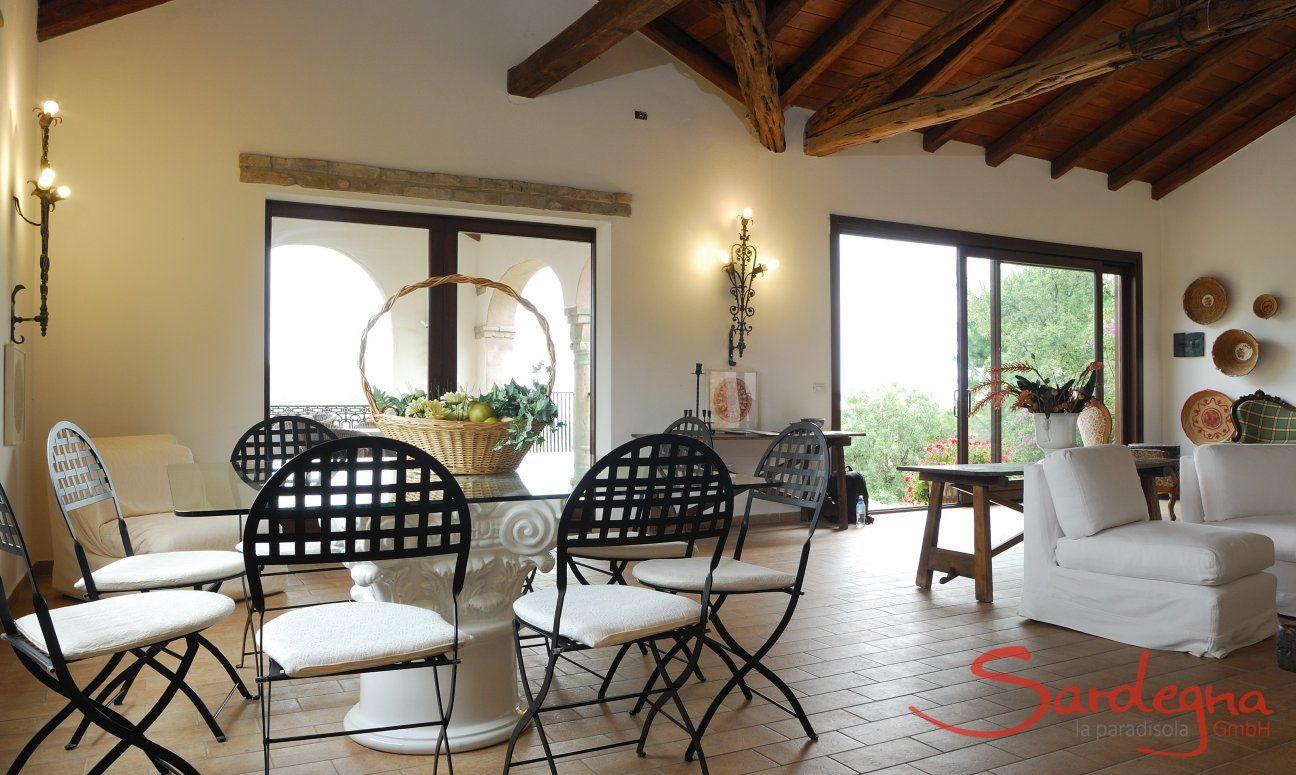 Gläserner Esstisch für 8 Personen im großen Wohnzimmer