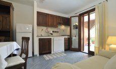 Küchenzeile, Esstisch und Terrassenzugang
