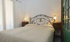 Schlafzimmer 1 mit Doppelbett und Stauraum