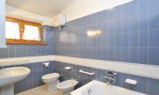 Badezimmer 1 mit Badewanne und Bidet