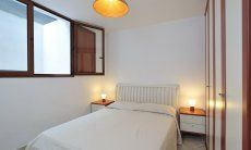 Schlafzimmer 3 unten mit Doppelbett und viel Stauraum