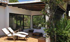 Überdachter Loungebereich auf der Terrasse