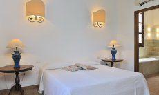 Schlafzimmer 1 mit Doppelbett, Klimaanlage und Ensuite Bad