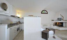 Vollausgestattete, offene Küche mit Blick in das Wohnzimmer