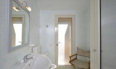 Helles, weiß gefließtes Badezimmer