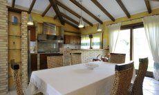 Offene Küche mit Essbereich im inneren der Villa