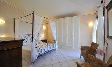 Schlafzimmer 1 mit Himmelbett und viel Stauraum