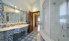 Badezimmer 1 mit großer Dusche