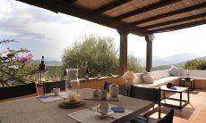 Terrasse mit Steintisch und Loungebereich