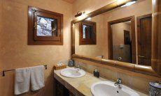 Badezimmer mit zwei Waschbecken und Dusche