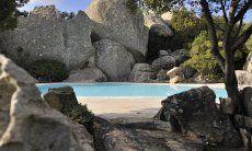 Pool umgeben von Felsformationen