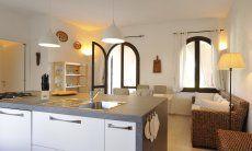 Stilvolle Kochinsel im Wohnbereich mit Blick auf das Sofa