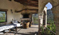 Großflächige Terrasse mit großem Esstisch und BBQ-Bereich