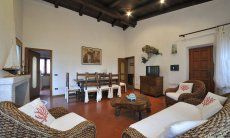 Wohnzimmer mit Essbereich und Sofas