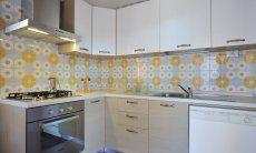 Voll ausgestattete Küche mit allen wichtigen Geräten