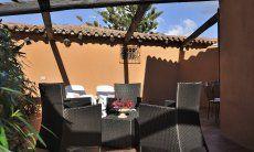 Terrasse mit Essplatz und Liegen