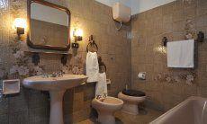 Charmantes Badezimmer 2 mit Badewanne und Bidet
