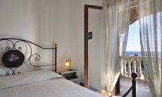 Schlafzimmer 1 mit Doppelbett und Meerblick