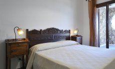 Schlafzimmer 2 mit Doppelbett und Zugang zum Hof