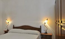 Schlafzimmer 2 mit Doppelbett und Stauraum
