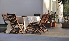 Sitzplatz auf der modernen Terrasse