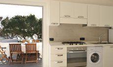 Helle Küche mit direktem Zugang zur Terrasse