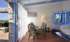 Wohnbereich mit Sofa und rundem Tisch mit Blick auf die Terrasse  Casa 20, Sant Elmo