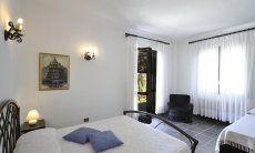 Schlafzimmer 2 mit Doppelbett, Zustellbett und Gartenzugang