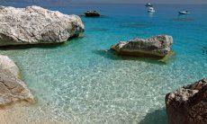 Cala Goloritze ist ein beliebtes Ausflugsziel und nur per Boot oder über einen langen Fußweg zu erreichen