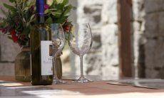 Weinflasche mit zwei Weingläsern