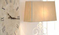 Große Wanduhr im Shabby stil und Stehlampe