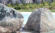 Gemeinschaftpool Li Conchi mit großen Granitblöcken