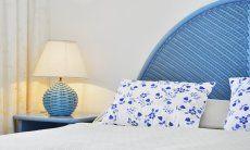 Doppelbett mit Kopfende, Nachtisch, und Lampe in hellblau