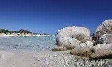 Strand von Sant Elmo mit Granitfelsen und kristalklarem Wasser