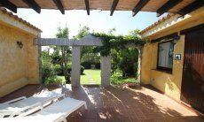 Terrasse mit Sonnenliegen und Blick auf den Garten