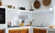 Moderne, weiß geflieste Küche