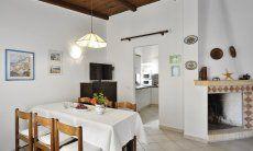 Wohnzimmer mit Kamin und Esstisch