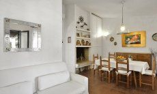 Wohnbereich mit Esstisch, Kamin und Sofaecke  Villa Serena, Costa Rei