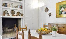 Esstisch mit Innenkamin und sardischer Dekoration  Villa Serena, Costa Rei