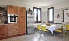 Essbereich in der großräumigen Küche