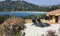 Geflieste Terrasse mit freiem Blick