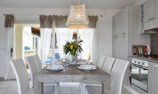 Esstisch für acht Personen vor der Küchenzeile von  Villa Campidano 21