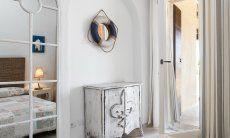 Schlafzimmer mit großem Spiegel und Kommode  Villa Campidano 21
