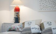 Bett mit Kissen, Nachttisch und Lampe  Villa Campidano 21