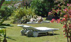 Sonnebaden in dem gepflegten Garten der Villa