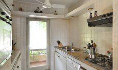 Vollausgestattete Küche mit Terrassenzugang