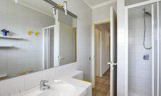 2. Bad im Parterre mit Dusche und großer Spiegelfront