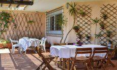 Schöne, einladende Terrasse mit Esstisch und Loungebereich